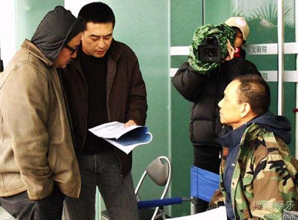 导演和演员认真地讨论剧本