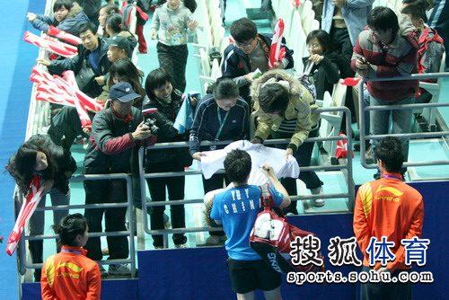 图文:中国羽毛球公开赛花絮 于洋在T恤上签名