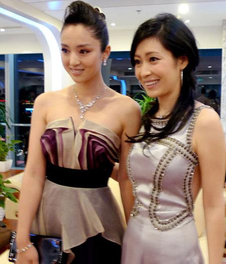 董璇紫色长裙现身时尚大典