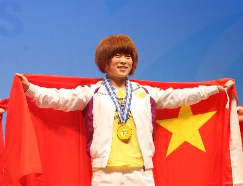 王明娟身披国旗
