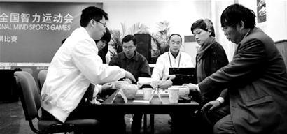 北京队选手徐莹(右二)/聂卫平(右一)在比赛中