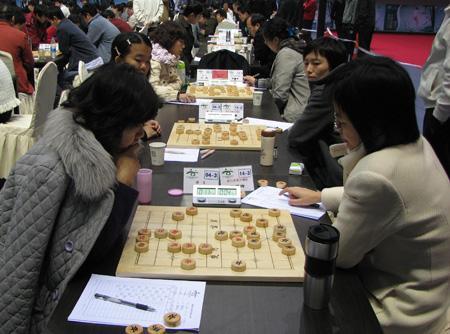 湖北队(左)最后一轮对弈东道主四川队