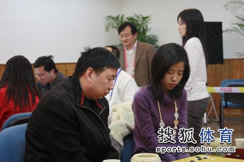 图文:智运会围棋团体赛 浙江队的俞斌范蔚菁