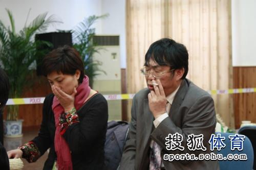 图文:智运会围棋团体赛 聂卫平徐莹在思考