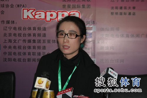 图文:科尔进决赛参加发布会 女摄像师留影