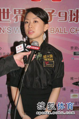 图文:潘晓婷微笑接受采访 九球天后举止大方