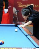 图文:潘晓婷8-9不敌刘莎莎 潘晓婷准备开球