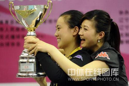 图文:九球世锦赛刘莎莎夺冠 分享冠军喜悦