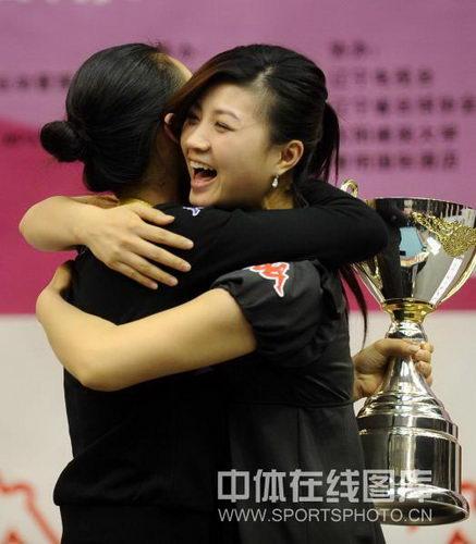 图文:九球世锦赛刘莎莎夺冠 与队友付小芳相拥