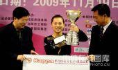 图文:九球世锦赛刘莎莎夺冠 在颁奖仪式上