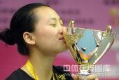 图文:九球世锦赛刘莎莎夺冠 闭上双眼亲吻奖杯