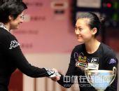 图文:九球世锦赛刘莎莎夺冠 接受对手祝贺