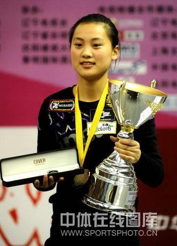 图文:九球世锦赛刘莎莎夺冠 面带笑容领奖