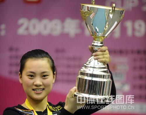 图文:九球世锦赛刘莎莎夺冠 高举奖杯展示