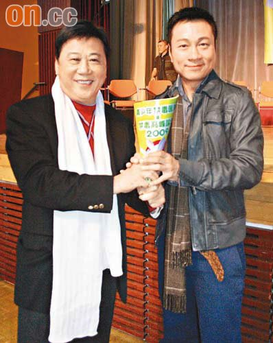 """上届视帝夏雨(左)应记者要求,即场""""交棒""""给黎耀祥,预演新旧视帝交接仪式。"""