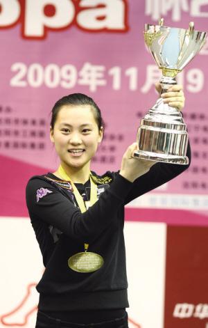 刘莎莎捧起冠军奖杯