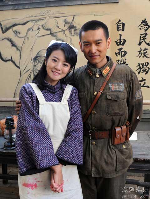 安以轩和袁文康在片场穿着戏服合影