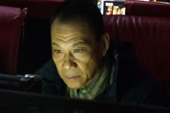 王学圻专注地上网