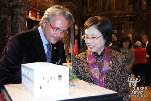 中共上海市委副书记殷一璀以及比利时安特卫普市市长延森斯在开幕式上共同为中国2010年上海世博会比利时馆模型揭幕