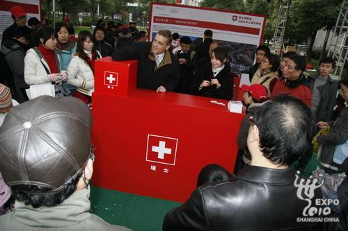 瑞士驻上海总领事馆领事沈瑞宁抽取瑞士馆巡展中山公园站幸运观众