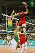 图文:巴西男排五连胜成功卫冕 日本队飞身扣球