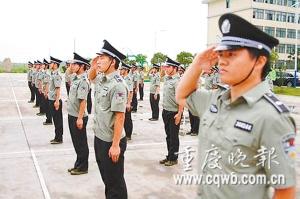 100名高学历城管上岗前接受军训