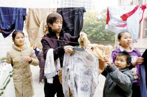 1朱砾和孩子们一起晾衣服