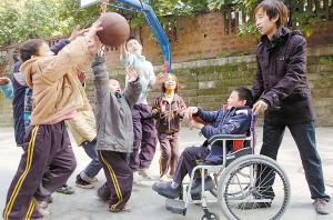 2 昨日,大渡口森森孤学院,朱砾陪孩子们一起打篮球