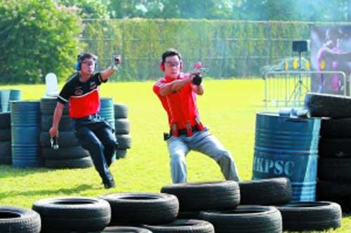 古天乐与吴彦祖当天表演了连环射击的枪法。