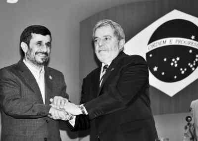 11月23日,在巴西首都巴西利亚,巴西总统卢拉(右)会见到访的伊朗总统艾哈迈迪-内贾德。卢拉表示伊朗有权发展民用核能,但他希望中东地区能够实现无核武器化。