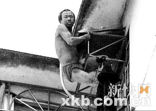 男子沿窗口防盗网一直爬到楼顶天台。 新快报记者王飞/摄