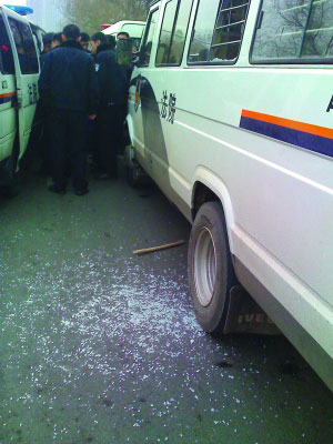 男子被送上警车拉走