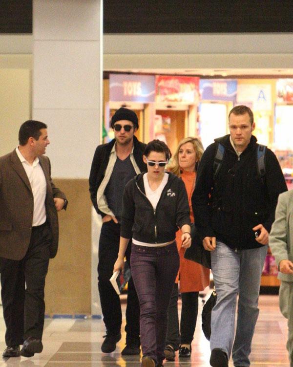 罗伯特-帕丁森和克里斯汀-斯图尔特一起抵达了洛杉矶机场