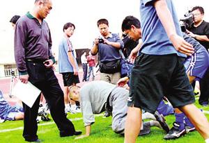 1:5输给广药之后,球迷向王珀下跪