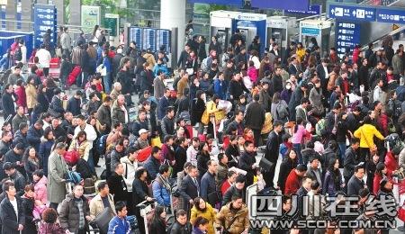 成都双流机场,众多旅客等待更换登机