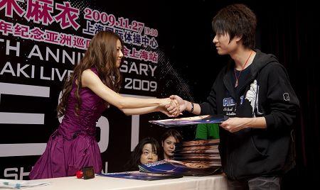 与歌迷握手