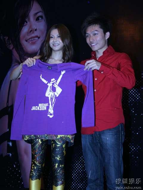 图:仓木麻衣接受歌迷代表赠送礼物