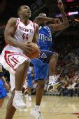 NBA图:火箭VS小牛 海耶斯起跳