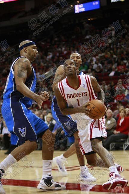 NBA图:火箭VS小牛 阿里扎正欲出手