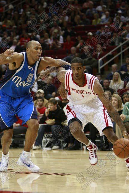 NBA图:火箭VS小牛 阿里扎突破马里昂