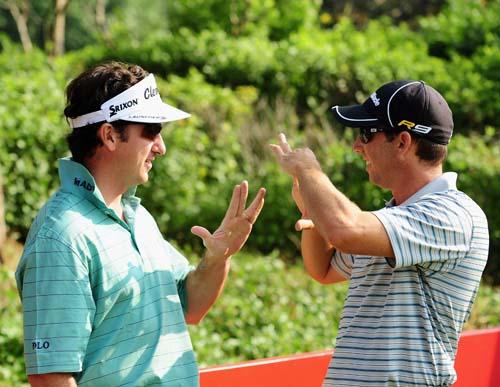 图文:高尔夫世界杯正式开幕 球手兴高采烈