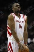 NBA图:火箭负小牛 兰德里准备罚球