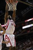 NBA图:火箭负小牛 兰德里暴扣入筐