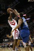 NBA图:火箭负小牛 兰德里艰难出手