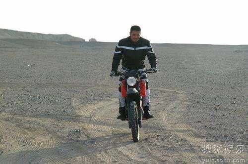 邵兵开心骑摩托