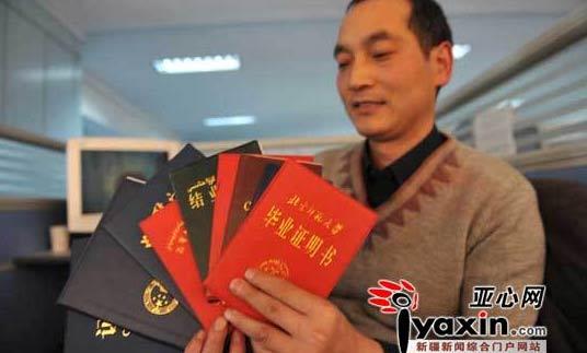 阿木拿着一撂法律专业毕业证书。本网记者 李远新 摄
