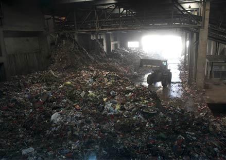 垃圾焚烧厂释放的二恶英是健康的极大杀手。图为昆明五华垃圾焚烧厂内,垃圾堆积如山。路透社