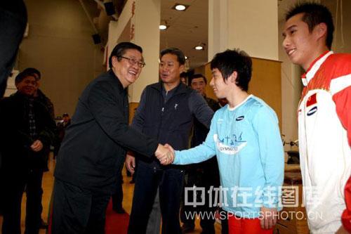 图文:白克明率团考察体育总局 和肖钦邹凯握手