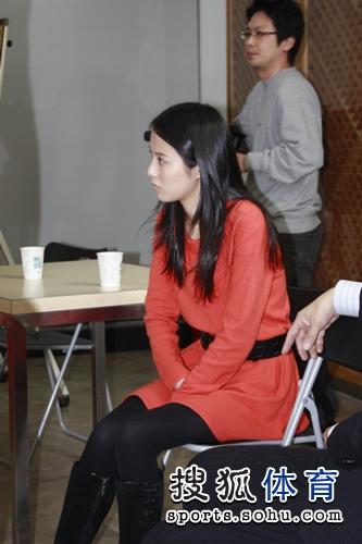 美女棋手陈盈在旁观看