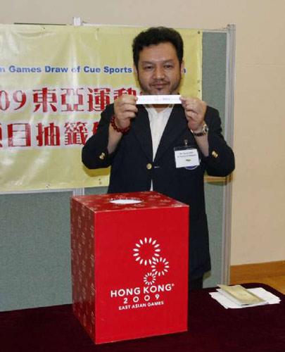 香港桌球总会主席麦耀开主持抽签仪式
